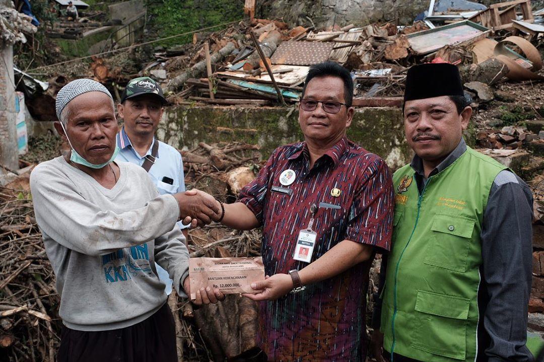 Baznas Kota Magelang Serahkan Bantuan Untuk Korban Pohon Roboh
